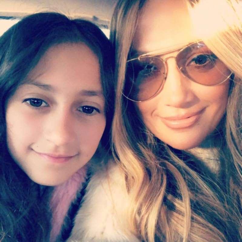 Llueven críticas a Jennifer Lopez por «obligar» a su hija a cantar