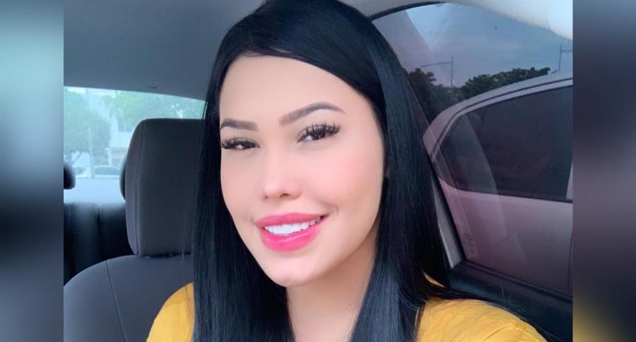 Critican a Ana del Castillo por cantar en brasier y ella dice que acepta donaciones