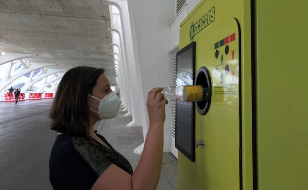 Valencia suma ocho nuevas máquinas que recompensan por reciclar
